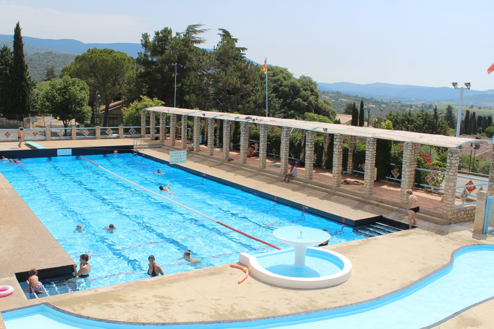 Swimming pool in St-Saturnin-les-Apt (15 minutes drive away)